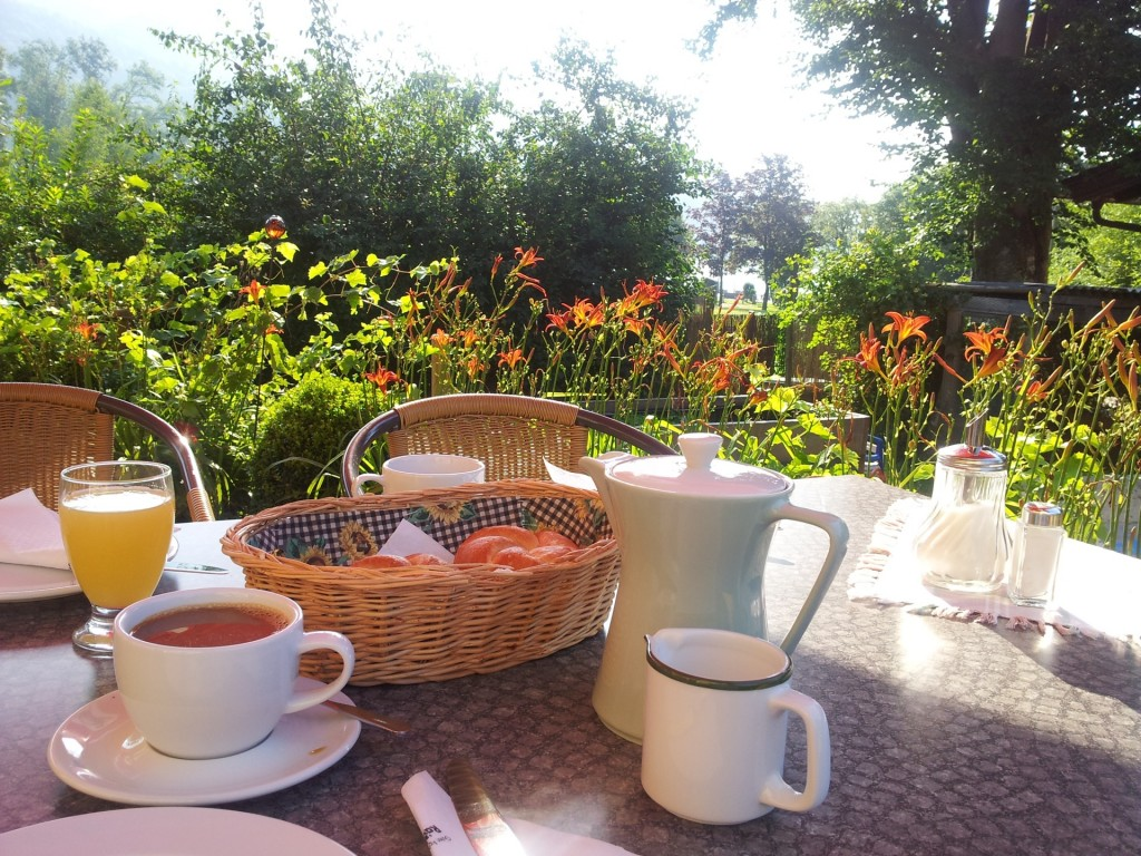 Frühstück auf sonniger Terrasse
